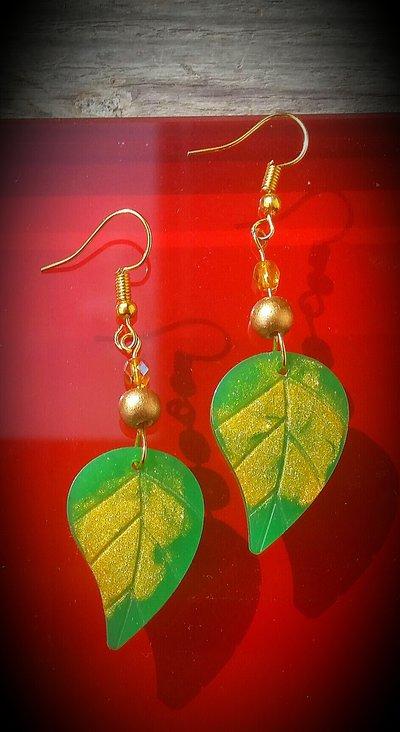 Orecchini pendenti  in resina e perle legno fatti a mano - foglia