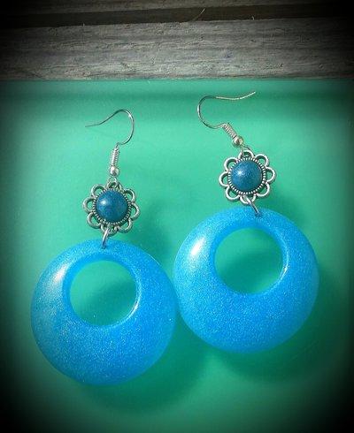 Orecchini pendenti in resina azzurra fatti a mano - fiore e cerchio