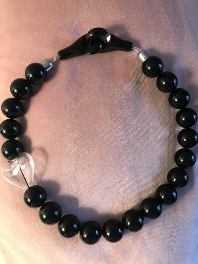 Collana girocollo con perle nere e cuore trasparente