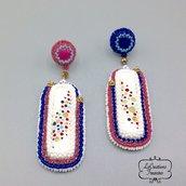 Orecchini pendenti in tessitura di perline su base tessile ( bead embrodery ), cabochone in resina, rosa blu