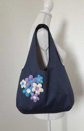 Borsa donna a spalla in tessuto blu con margherite azzurre lilla e panna applicate