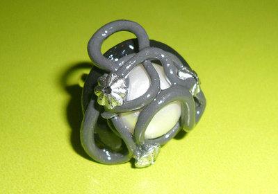 Anello in Fimo Nero e Grigio con Bottone in Perla