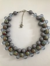 Collana girocollo con perle in legno e resina