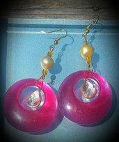 Orecchini pendenti in resina rossa e perle di fiume fatti a mano