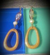 Orecchini in resina dorata e perle di fiume fatti a mano