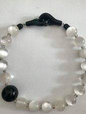 Collana con perle trasparenti bianche ghiaccio.