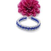 Bracciale fatto con perle blu contornate da perline color argento