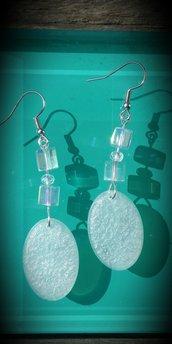Orecchini pendenti in resina e perle cubo in vetro fatti a mano