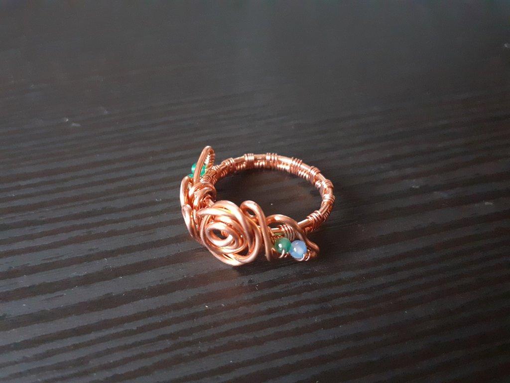 Anello wire in rame piccola rosa con agata