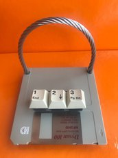 Porta smartphone da tavolo realizzato con floppy disk e tastiera pc