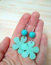 Orecchini azzurri con fiori in feltro e perle in ceramica