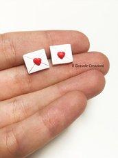 Orecchini a perno busta lettera con cuore in fimo