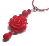 Collana rossa con rosa rossa e goccia