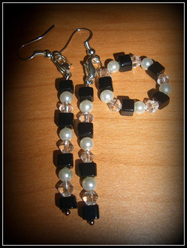 Completo orecchini e anello neri/bianchi