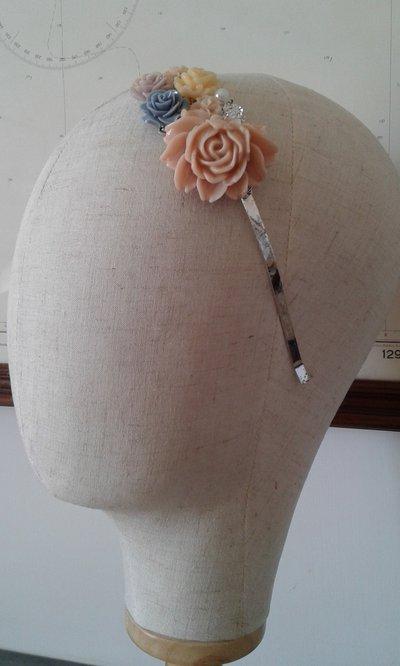 Elegante cerchietto in metallo con fiori di resina- Daisy