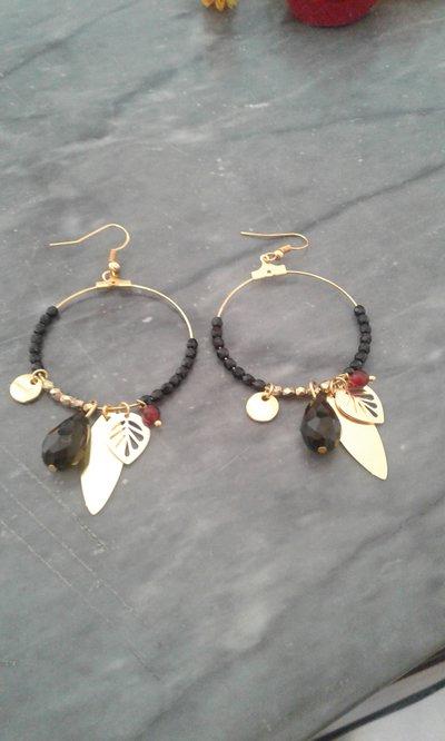 Orecchini a cerchio con perline, charm dorati  e pietra naturale- Veronica