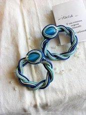 """""""Itaca"""" Orecchini a cerchio, blu, azzurro e bianco a soutache cucito"""