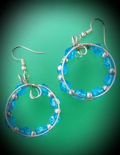 Orecchini pendenti a cerchio in filo di alluminio e perline azzurre