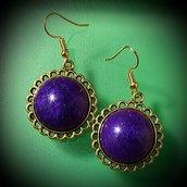 Orecchini con cabochon in resina viola scuro tondi