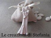 12 sacchettini in cotone beige con applicazione di una calamita in polvere di ceramica a forma di sposi