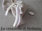 12 sacchettini di cotone beige con calamita in polvere di ceramica a forma di sposi stilizzati