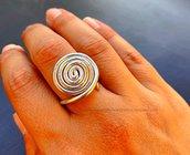 Anello wire argentato con grande spirale regolabile: gioielli wire, anelli wire, gioielli alluminio, anello alluminio wire argento spirale
