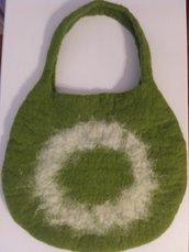 Borsa in feltro, verde e bianca, interamente realizzata a mano