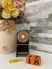 Calendario perpetuo di legno decorato con mandala