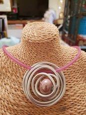 Collana girocollo semirigida in silicone con ciondolo in alluminio battuto e perla in ceramica greca