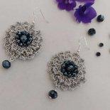 Orecchini a forma di fiore con cristalli neri