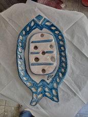 Porta saponetta di ceramica, formata da vassoio e tavoletta con fori, modellata con creta rossa ingobbiata e dipinta a mano in blu e bianco