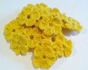 Mini Fiori a uncinetto per applicazioni / Set di 10 fiori  Fiori giallo scuro.