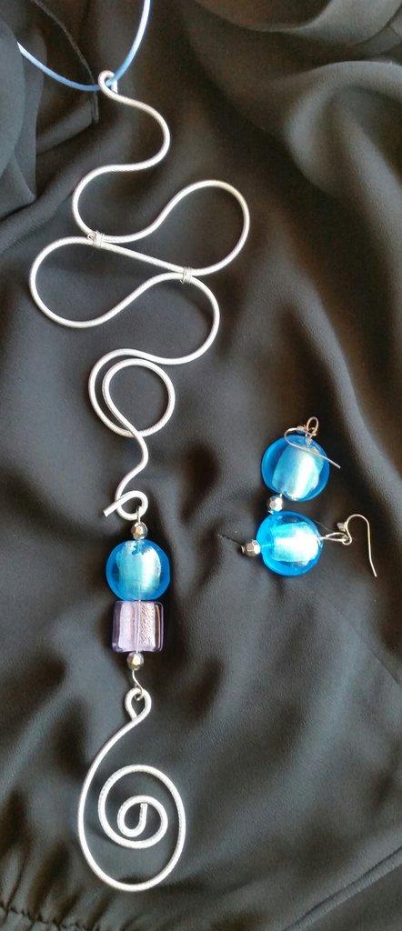 PARURE collana in filo di alluminio argentato e orecchini in vetro colorato