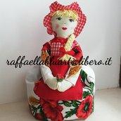 Utile e decorativa bambola portasacchetti, colore e stoffa a scelta