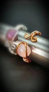 Anello in filo di rame lavorato e cabochon rosa perlato in resina fatto a mano