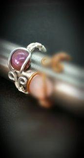 Anello in filo di alluminio lavorato e cabochon in resina viola fatto a mano