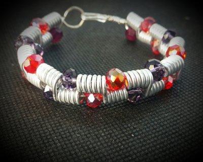 Bracciale in filo di alluminio e perle sfaccettate rosse e viola - MOLLA ROSSA