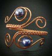 Bracciale in filo di rame lavorato e perle liscie blu - MONTANA