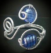 Bracciale in filo di alluminio argentato e perle in vetro blu - DIAMANTATO BLU
