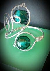 Bracciale in filo di alluminio e perle in vetro verdi