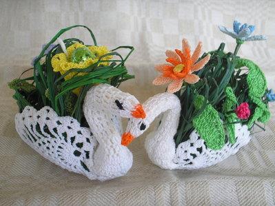 Cigno ad uncinetto con fiori o ovetti