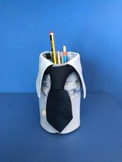 Barattolo porta penne elegante creato con camicia e cravatta