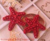 Orecchini pendenti all'uncinetto con stelle marine e pietre rosse
