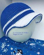 Cappellino bimbo con visiera in cotone all'uncinetto
