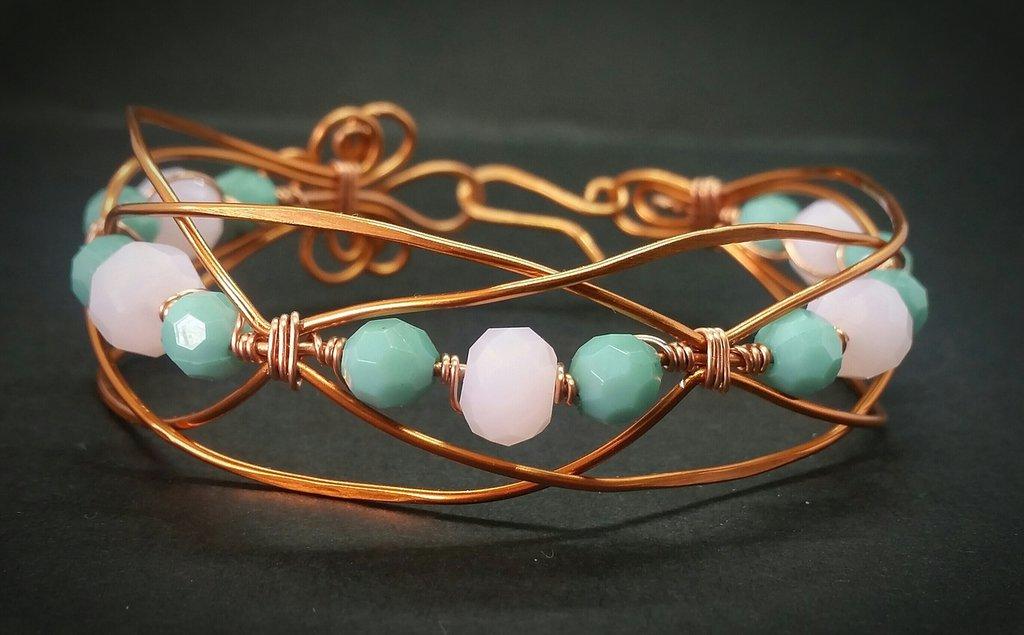 Bracciale in filo di rame incrociato e perle rosa e celesti fatto a mano