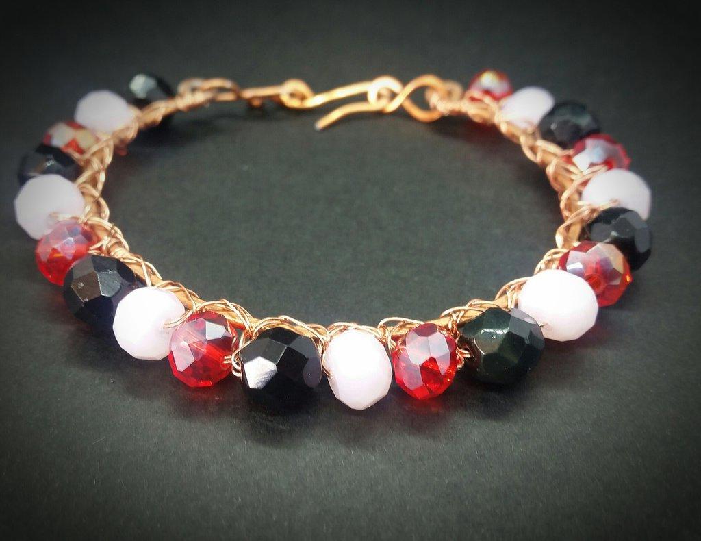 Bracciale in filo di rame e perle rosa, rosse e nere fatto a mano