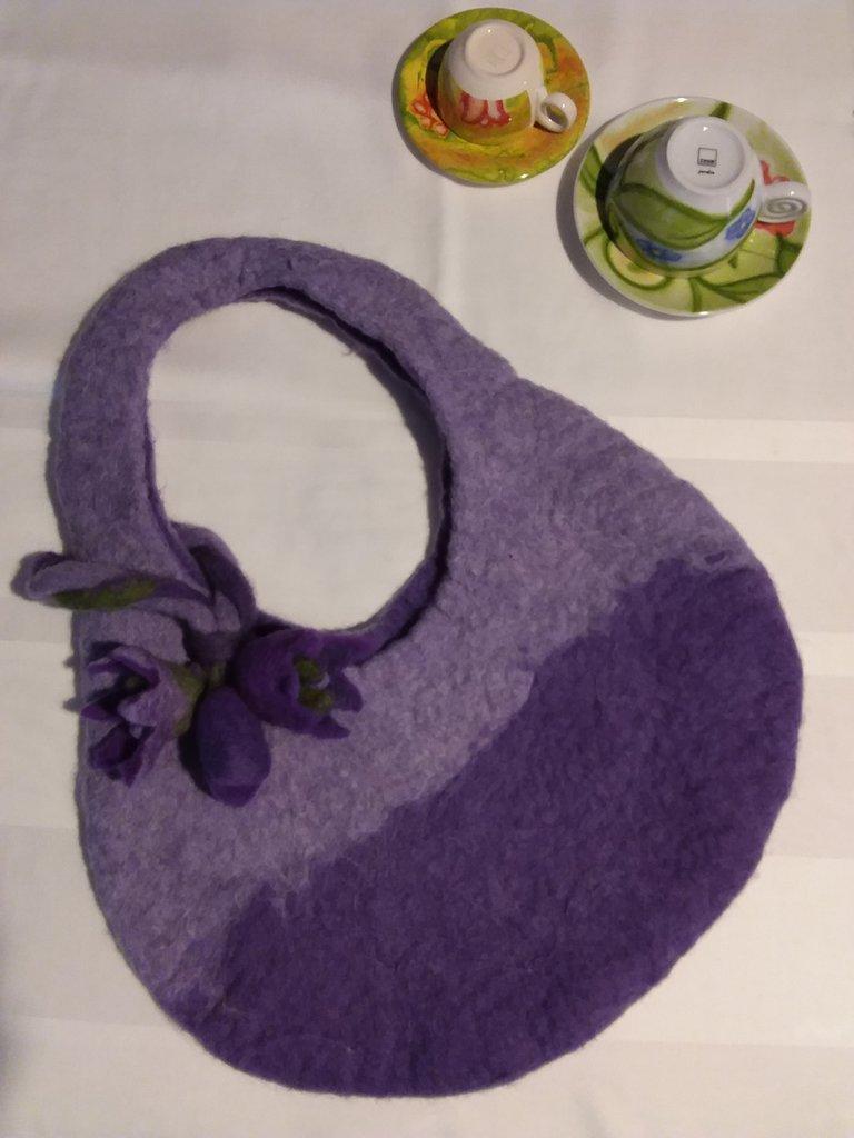 Borsa in feltro, viola e rosa, con fiori, interamente realizzata a mano