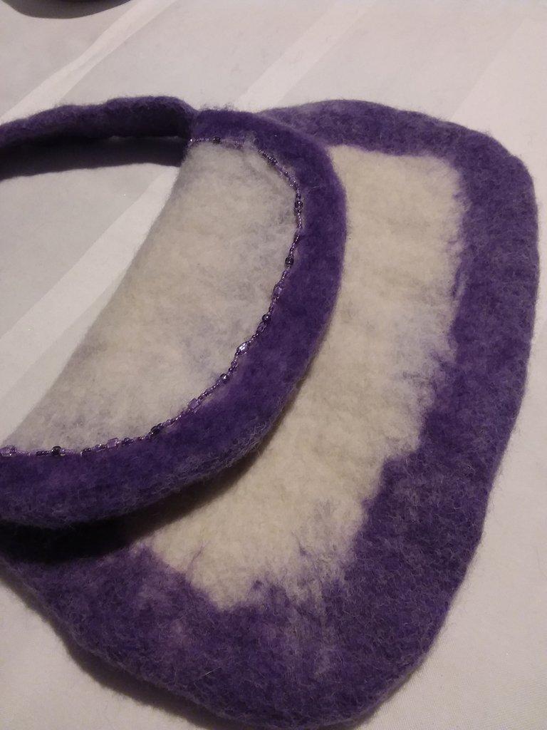 Borsetta in feltro, bianca e viola, interamente fatta a mano