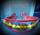 Bracciale in filo di alluminio rosso e perle in vetro verdi e gialle fatto a mano