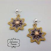 Orecchini pendenti in tessitura di perline di vetro, fiore con perla centrale e swaroski